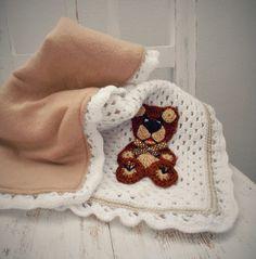 Háčkovaná deka pro človíčka... Háčkovaná deka podšitá fleesem pro malého človíčka..do kočárku nebo postýlky.. Použity jsou kvalitní akrylové příze, našita je háčkovaná aplikace medvídka. Rozměry : 60 cm x 60 cm Dostupnost prosím na dotaz..