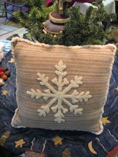 snowflake pillow More - Betty Violett - Winter Fashion Yarn Crafts, Felt Crafts, Fabric Crafts, Diy And Crafts, Christmas Sewing, Christmas Crafts, Snowflake Pillow, Snowflake Snowflake, Punch Needle Patterns