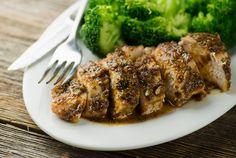 Hähnchenbrustfilet mit Senfkruste und Brokkoli | http://eatsmarter.de/rezepte/haehnchenbrustfilet-mit-senfkruste-und-brokkoli