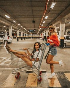 New ideas for photography poses for friends bff photoshoot Best Friends Shoot, Best Friend Poses, Cute Friends, Photoshoot Ideas For Best Friends, Foto Best Friend, Photographie Indie, Photos Bff, Bff Pics, Shotting Photo