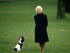 The Life Of Former First Lady Barbara Bush In Photos : Barbara with cherished family dog Millie on the White House lawn, The wife of President George H. Bush has died at Presidents Wives, American Presidents, American History, George Bush Family, Presidential History, Presidential Libraries, Barbara Bush, English Springer Spaniel, Home Team