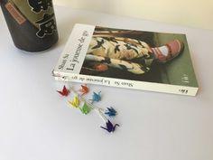 Fabriquer un marque-page original orné de mini grues en origami dans les couleurs de l'arc-en-ciel
