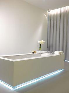 LED Streifen an der Badewanne mit blauem Licht