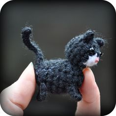 Amigurumi patroon Poes met kitten (Sleutelhangerformaat) Gehaakt met haaknaald nr.3 wol-acrylgaren oogjes 3mm kralen, neusje roze bor...