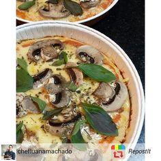 Quarta feira dia de pizza!  Sem glúten massa low carb queijo sem lactose e cogumelos!  Em breve no cardápio dos Quitutes da Amora Culinária Funcional!   #lowcarb #semgluten #semlactose #funcional #glutenfree #dairyfree #alimentaçãosaudável #foodpic #foodgood #culinariafuncional #pizzalowcarb #pizzasemgluten #RepostIt_app by amoraculinariafuncional