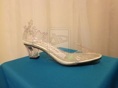 Frozen Elsa Shoe. Frozen Cosplay. It looks like crystallized snowflakes. I'm very happy how it turned out.