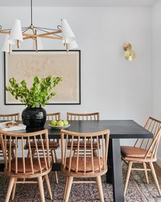 But how to apply color to your living room? Today we will cover the 2 most contrasting colours to décor your Luxury Dining Room with: white and black. Rooms Ideas, Oak Dining Table, Black Dinning Room Table, Leather Dining Room Chairs, Lounge Chairs, Dining Area, Outdoor Chairs, Amber Interiors, Dining Room Inspiration