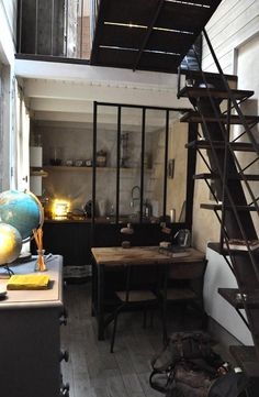 Un studio aux airs de cabane du Capitaine Némo ! #dccv #black #noir #design #deco #maison #home #archi