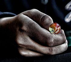 Murmel in Hand! #Fotografie #Murmel #Hände #Mann #Menschen