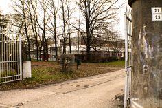 Il cancello d'ingresso delle scuole Dozza di Bologna
