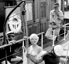 Marilyn on the set of Some Like It Hot, She Drama, Marilyn Monroe Life, Billy Wilder, Cinema Tv, Tony Curtis, Some Like It Hot, Hilario, French Films, Norma Jeane