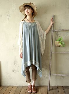 A adapter, mais la robe asymétrique et longue me plait bien, associée avec le gilet (ou un chale brodé)