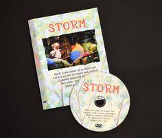 """In de film ''Storm"""" vertellen vijf kinderen (6-9 jr.) aan de vogel Storm wat kanker is en hoe ze zich daarbij voelen. Daarvoor moeten ze wel eerst in het lekkere warme vogelnest klimmen. Tussen de gesprekken door zingt Storm liedjes over je ''raar'' voelen, je eigen plekje en je knuffelflap. *te bestellen op www.kankerspoken.nl"""