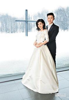 蘇慧倫(左)前天在北海道與老公孫益民舉辦婚禮,窗外是浪漫雪景。