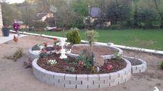 Wir bedanken uns bei unserem Fan Elena V., die mit uns diese super Idee geteilt hat, wie sie mit ihrem Mann einen Mini-Garten vor dem Haus gemacht hat. Das Material für Pflastersteine hat ca. 50 € gekostet. Die Verwendung von Erde, Pflanzen und dekorativen Steinen liegt natürlich bei euch.