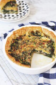 Hartige taart met spinazie en spek - Lekker en Simpel Bacon Quiche, Spinach Quiche, Healthy Nutrition, Healthy Recipes, Group Meals, Vegetable Pizza, Just In Case, Tapas, Easy Meals
