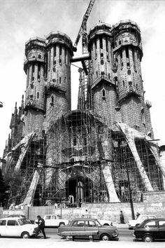 Cathedral Architecture, Sacred Architecture, Religious Architecture, Amazing Architecture, Barcelona Travel, Fc Barcelona, Beautiful Castles, Beautiful Places, Antonio Gaudi