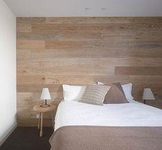 Pared de madera como cabecero de cama