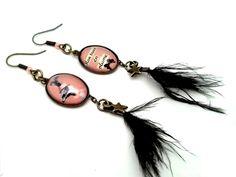 Boucles d'oreille vintage rétro, cabochon en verre, plume noir, autruche. Création graphique Mamzlfifine