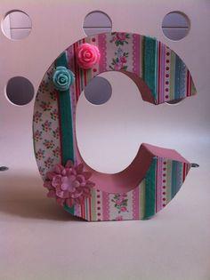 Letra de papel mache decorada