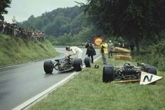 1968 French GP, Rouen-Les-Essarts : Graham Hill giving a hand to his friend Jo Siffert driving Lotus 49B. (ph: photobucket.com)