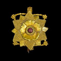 Hair ornament from the ancient Region of Gandhara   ca. 1st century   Gold and garnet   Est. 4'000 - 6'000$