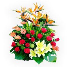 Hermosa combinación de las más finas flores y follajes para dedicárselas a esa persona tan especial. Altura aprox. 70 cm