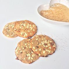 Maxi galletas de nueces y plátano ngredientes (4 maxi galletas): 3 cucharadas de harina de avena 2 cucharaditas de harina de espelta 1 huevo entero 1/2 plátano maduro 1 yogurt desnatado 0% 1 cucharadita de levadura 1 cucharadita de canela Avena en copos (decoración) Nueces (decoración)