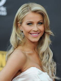 Julianne Hough Retro Hairstyle