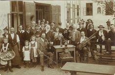 Heurigengeséllschaft im neuen Haus Grinzingerstrasse 23 (heute 53), links im Bild Josef und Maria Wagner mit den Kindern Maria und Leopoldine im Sommer 1908-1909