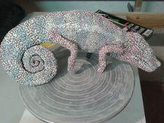 keramický chameleon v procesu barvení