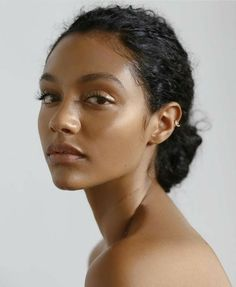 5 SKINCARE MISTAKES you must avoid for flawless skin: sleeping in makeup never exfoliating not using suncscreen popping face pimples poor eating habits Natural Hair Art, Natural Hair Styles, Drawing Hair Tutorial, Pimples On Face, Skincare Blog, Curl Styles, Face Photography, Vegan Beauty, Flawless Skin