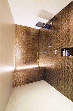 kleines bad mosaik fliesen braun creme moderner duschkopf