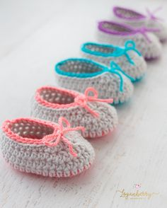 Hello friends! I'm back today with another baby shoes pattern for all of you! As I said in yesterday's post, I don't know what's gotten into me! I can't help but continue to make more and more little baby shoes. I'm making so many to the point where I don't even know what I'm going to …
