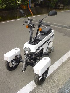 The elegant Isard scooter of Via: Stabilcar Cargo Bike, Moto Bike, Motorcycle Bike, 150cc Scooter, Scooter Bike, Honda Motorcycles, Cars And Motorcycles, Vintage Moped, Bike Engine