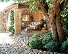 Sezení v kamenné pergole | InHaus