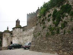 Castillo de Brozas. Construido entre los siglos XIII (torre) hasta el siglo XVII justo antes de la guerra con Portugal, en la que la muralla se refuerza exteriormente con cinco grandes baluartes.