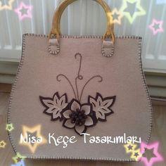 This Pin was discovered by Hay Handmade Handbags, Leather Bags Handmade, Hessian Bags, Macbook Bag, Bag Pattern Free, Felt Purse, Flower Bag, Patchwork Bags, Handmade Design