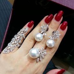 ❤ A beautiful set of south sea pearl Hand Jewelry, Girls Jewelry, Bling Jewelry, Pearl Jewelry, Wedding Jewelry, Diamond Jewelry, Jewellery, Stylish Jewelry, Fashion Jewelry