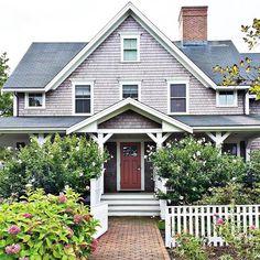 Oh Nantucket, I have fallen in love. I'm never leaving! . . #nantucket #summer #summerhome #curbappeal #the_real_houses_of_ig #beachhouse #realestate #realtor #makemesmilethursday #myfavoritehouseview