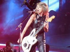 Taylor performing WANEGBT during the 1989 World Tour in Columbus night one 9.17.15