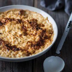 Gekaramelliseerde ryspoeding - rooi rose South African Recipes, Ethnic Recipes, Macaroni And Cheese, Oatmeal, Deserts, Good Food, Sweets, Meals, Breakfast