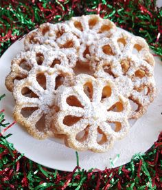 Fried rosette cookies recipe or bunuelos de molde. A light and crispy fried cookie that can be served with powdered sugar or a cinnamon/sugar topping. Rosettes Cookie Recipe, Rosette Cookies, Italian Biscuits, Italian Cookies, Mexican Cookies, Italian Desserts, Bunuelos Recipe, Biscuit Sandwich, Chocolate Biscuits