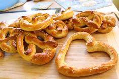 I think I finally found the secret to Amish soft pretzals. Must try this recipe and get some Occident bread flour. Appetizer Recipes, Snack Recipes, Cooking Recipes, Snacks, Appetizers, Homemade Soft Pretzels, Pretzels Recipe, Amish Recipes, Dutch Recipes