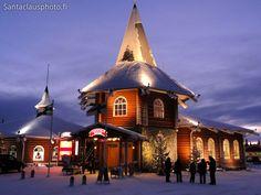 Maison de Noël pendant moment bleu à Rovaniemi Finlande