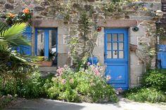 Frans huisje met ramen blauwe luikjes diverse bloemen en planten