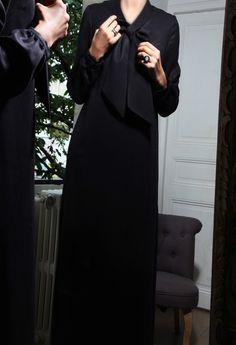 Robe longue noire col lavallière