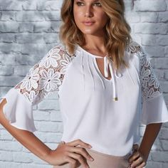 White blouse, lace sleeves vestidos robe fashion, couture y chemisier in ya Blouse Styles, Blouse Designs, White Lace Blouse, White Lace Tops, White Blouses, Sewing Blouses, Summer Blouses, Beautiful Blouses, Lace Sleeves