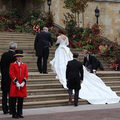 Princess Eugenie and her father His Royal Highness The Duke of York arrive at St George's Chapel ready for her Royal Wedding. Princess Eugenie Jack Brooksbank, Princess Beatrice, Royal Princess, Princess Diana, Royal Wedding Gowns, Royal Weddings, Wedding Dresses, Elizabeth Ii, Princesa Eugenie