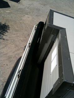 To σκυλόσπιτο φορτωμένο επάνω στην καρότσα του  Mazda BT-50. Διακρίνεται το σημείο του θόλου της ανάρτησης. Mazda, Boxes, Dog, Diy Dog, Crates, Box, Doggies, Cases, Dogs